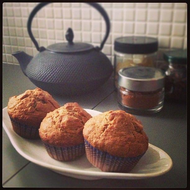Questi muffin sono nati in una giornata strana . Iniziata con uno splendido sole e un cielo tersissimo, dopo una settimana di una primaver...