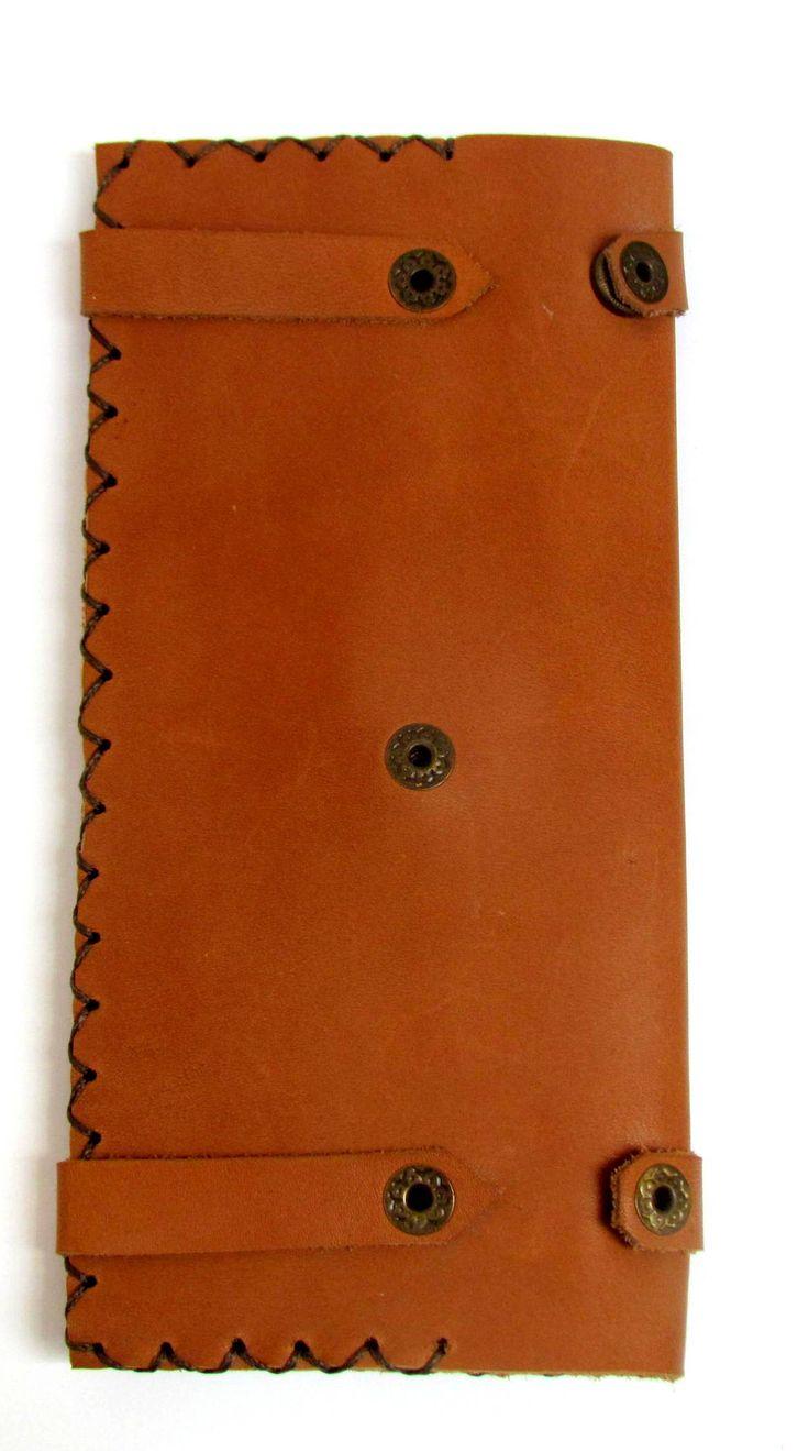 handmadeleatherwallet El yapimi deri cuzdan, kart ve kagit para bolmeleri bulunmaktadir. Katlandiginda cuzdanin ebadi 19X9.5 cm olup, koyu kahverengi iplikle dikilmistir.