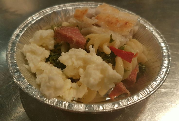 Dorade filet met mozzarella en koude pasta (fusilli) salade met sjalot, knoflook, rode peper en boerenkool.