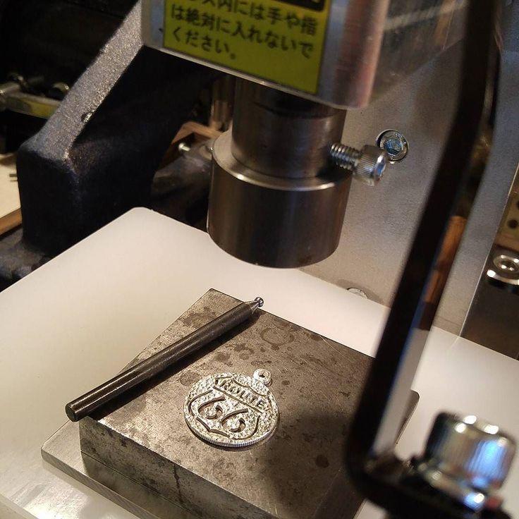 五助屋レザーさんで購入したALL-2000でカットコインのトップに槌目打ち  騒音や振動気にせずハンマー要らずで無音でこれが出来てしまう事が凄いです油圧プレスじゃ小回り利く動作は出来ませんし #texture #coin #cutcoin #coinjewelry #jewelry #silversmith #handmade #accessories #money #antique #vintage #tool #leathercraft #route66 #halfdollar #necklace