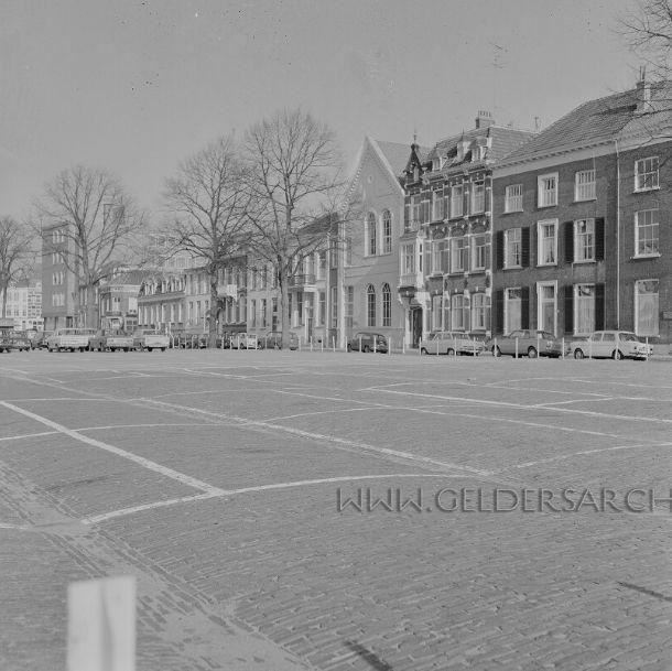 Arnhem 1960-1970. Roermondsplein gezien vanaf Rijnkade richting Nieuwe Plein. Het pand met het puntdak en de ovale ramen was vroeger de School met den Bijbel, Roermondsplein 32. En het pand ernaast met de kleine dakraampjes was het Tehuis voor werkende meisjes, Roermondsplein 36  Via: Gelders Archief