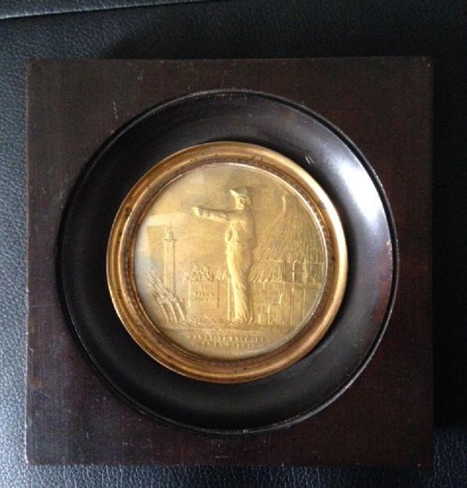 """Houten miniatuur frame """"De oude Grognard"""" nostalgische van Napoleon circa 1848 brons  Miniatuur frame """"De oude Grognard"""" nostalgische voor Napoleon circa 1848 brons vertegenwoordigen een kant weergave soldaat die is uitrekken zich van de linkerarm. Hieronder in hoofdletters geschreven: IL M'EN RESTE ENCORE UN POUR LA PATRIE op de top is geschreven: AU VIEUX GROGNARDGrognard is de naam gegeven aan de soldaten van de oude garde van Napoleon Bonaparte. Zij waren de meest ervaren van het Grand…"""