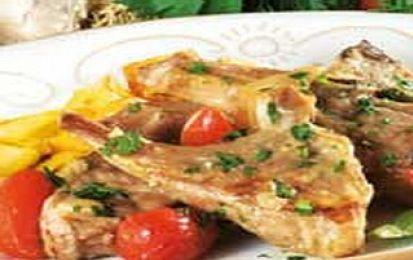 L'agnello alla vernaccia sarda - Questa è  un secondo piatto  che richiama tutti i sapori della  Sardegna. Si serve accompagnato da un contorno di verdure, per esempio patate arrosto aromatizzate al mirto. Ideale l'abbinamento con un vino sardo come il rosso e corposo .Cannonau  o con la stessa  Vernaccia