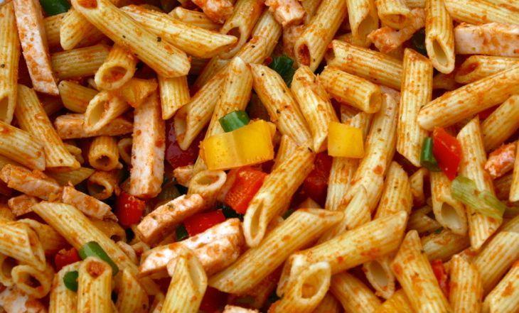 Zomerse pastasalade met rode pesto en gerookte kip
