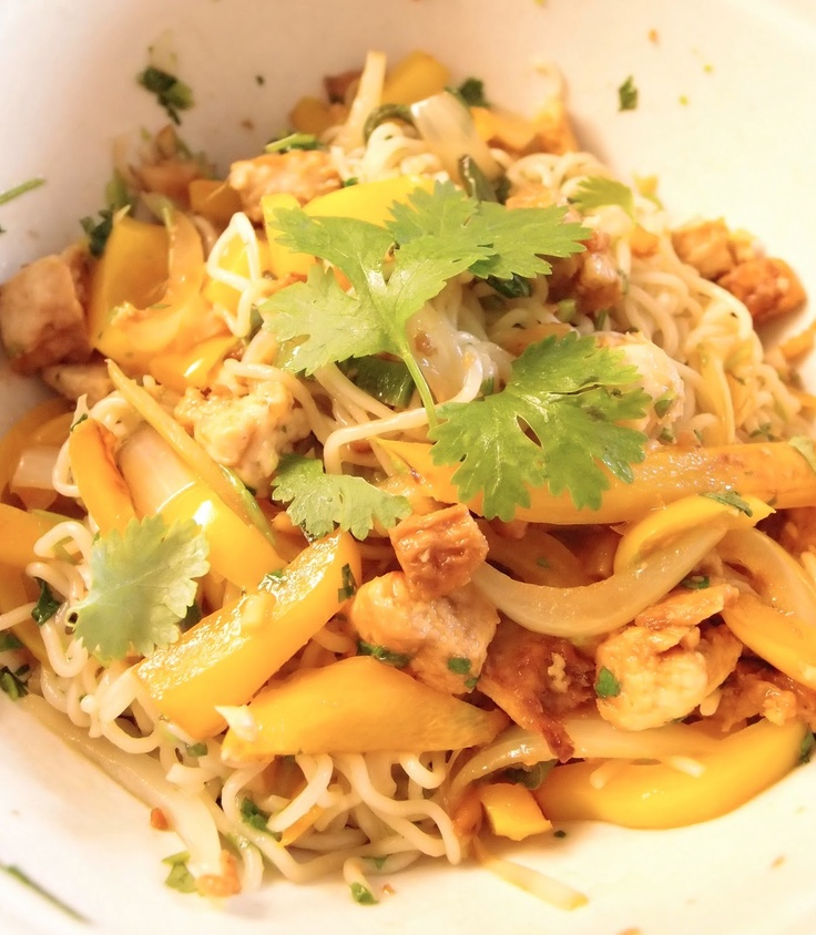 Quorn wok with yellow peppers by Tummies full at massuttaynna.blogspot.fi recipes in Finnish.