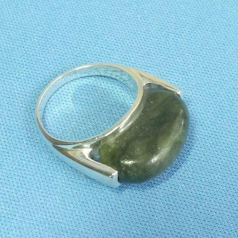 Bague en jade en argent massif d'inspiration Maya. La pierre de jade est taillée dans la masse pour s'adapter à l'anneau de la bague
