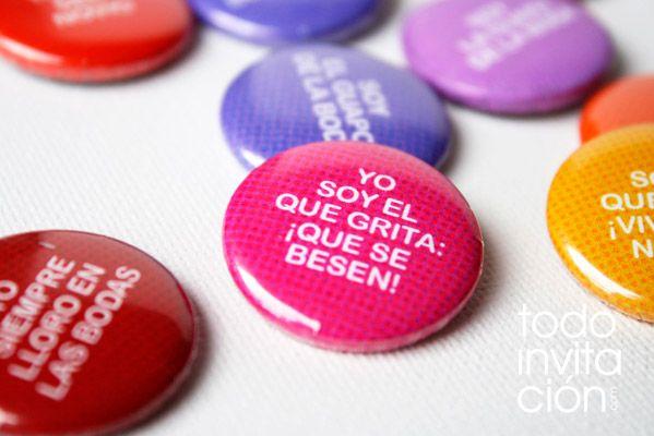 """Chapas para invitados de boda.  (Wedding pins)  Set """"frases de boda""""    http://www.todoinvitacion.com/products-page/detalles-para-invitados/"""