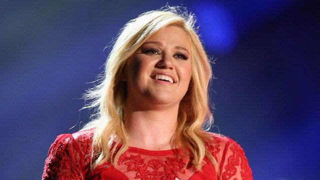 Proving you're never too young for your first concert, Kelly Clarkson took her 2-month-old River Rose to see country artist Garth Brooks and his wife Trisha Yearwood perform in Chicago last night.