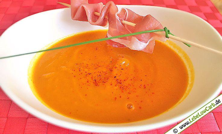 Leckeres und einfaches Rezept für eine Hokkaido-Kürbis-Suppe mit Ingwer und luftgetrocknetem Schinken auf Spießen. #lowcarb Mehr Low Carb Suppen Rezepte auf http://www.lebelowcarb.de/low-carb-rezepte-fuer-suppen.html