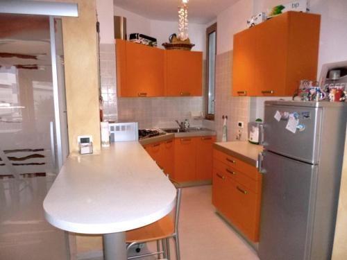 Lignano Sabbiadoro - Una cucina arancione per chi non rinuncia ai colori caldi. #cucina #rustico #kitchen #livingroom #home #casa #arredamento #homestager #atticoit