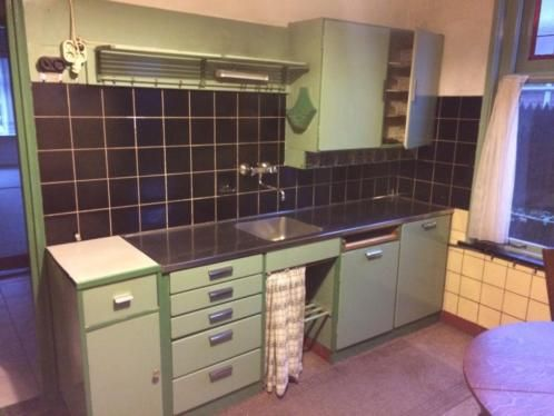Originele piet zwart keuken, in de woning geplaatst in de jaren '50, helemaal compleet. De keuken is in principe beschikbaar vanaf 9 maart. De keuken is dan gedemonteerd en zo mee te nemen! Maten: