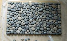 Dica superlegal de artesanato com pedras. É um tapete que ao mesmo tempo decora a casa e massageia os pés. Vejam que maravilha!