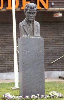 Toivo Kuulan patsas  Säveltäjä Toivo Kuulan (7.7.1883 – 18.5.1918) sukujuuret ovat Alavuden Vehkakoskella. Myöhemminkin elämässään hän vieraili usein äidinäitinsä luona Vehkakoskella.