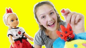 Игрушки для девочек. LADYBUG: Принцесса или Божья коровка? Девочки супергерои http://video-kid.com/9321-igrushki-dlja-devochek-ladybug-princessa-ili-bozhja-korovka-devochki-supergeroi.html  Встречай LADYBUG - новые игрушки для девочек. Только кто же это: Принцесса или Божья Коровка? А может быть, героиня мультика про девочек супергероев? Сейчас мы узнаем. Сегодня Лучшая подружка Варя попадает на зеленый луг и по просьбе маленькой Божьей коровки делает для нее из цветочной пыльцы (play doh)…