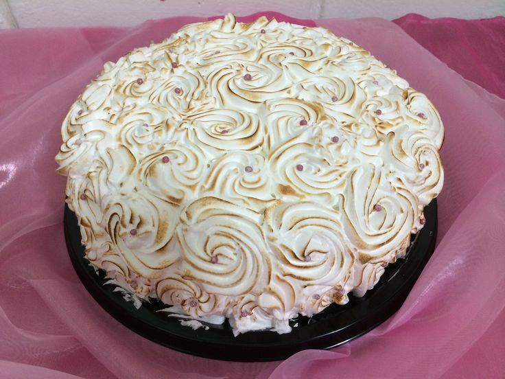 Exquisito pastel de queso con guanábana bañado de tres leches con merengue flameado