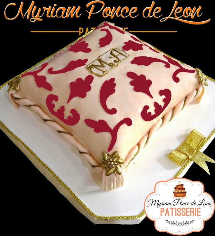 Cake almohadon oriental con iniciales doradas