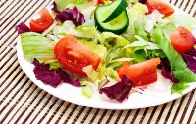 In questo periodo mi cimento a preparare una bella insalata primavera ricca di gusto e molto leggera. Mangiare le insalate mi aiuta a rimettere in linea il mio giro vita che ha un pò risentito dei manicaretti invernali.