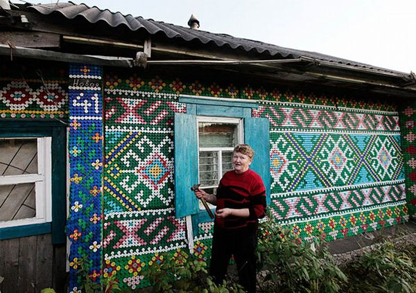 russian-bottle-cap-house-1: Bottle Caps, Recycled Bottle, Plastic Bottle Cap, 30 000, Olga Kostina, Head Of Garlic, Bottle Cap Art, House, 30000