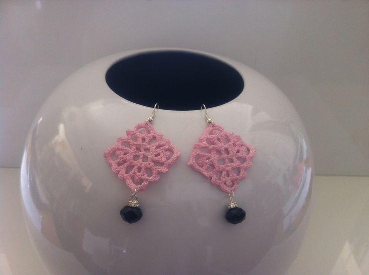 orecchini all'uncinetto,dipinti a mano nei toni del rosa pastello, vetrificati,con glitter rosati.A forma di piccolo rombo con pendente mezzocristallo nero