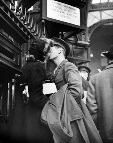 War time kiss, 1944.