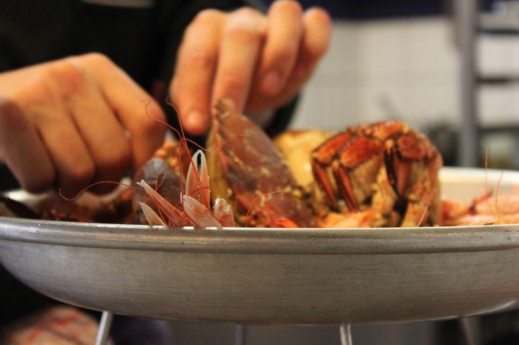 Préparation d'un plateau de fruits de mer !  Au Restaurant Escapades vous pouvez choisir entre LE COTIER (tourteaux, langoustines, huîtres, crevettes roses et bigorneaux) et LE GRAND LARGE (le côtier avec son 1/2 homard).  #restaurant #escapades #benodet #finistere #bretagne #fruitsdemer #plateau #produitslocaux #peche