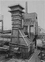 Bernd & Hilda Becher, Quenching Tower: Steelplant Duisberg Bruckhausen, Sonnabend Gallery, zilvergelatinedruk, 91,5 x 75,5mm, 1988.