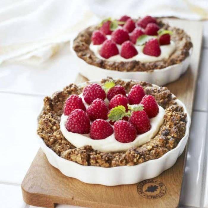 Müslipaj med vaniljgrädde och hallon