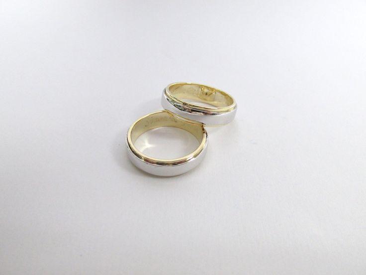 Hermosas argollas en oro blanco y amarillo de 18k estilo contemporaneo R696   #duranjoyerosbogota #joyeria #joyasbogota #hermosasjoyas #argollasdematrimonio #argollas #oro #hechoamano #matrimonio #novios #compracolombiano #Colombia #gold #handmade #jewelry #fabricaciondejoyas #renovamostujoyero #Fabricaciondejoyasenoroyplatino