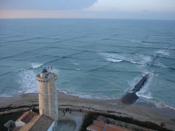 Two wave systems travelling in different directions due to a wind shift creating a cross swell