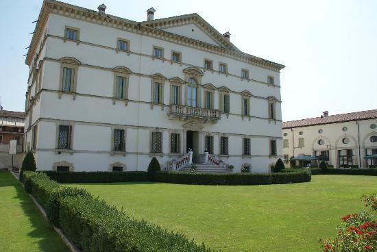Il verde giardino davanti a Villa Vecelli Cavriani