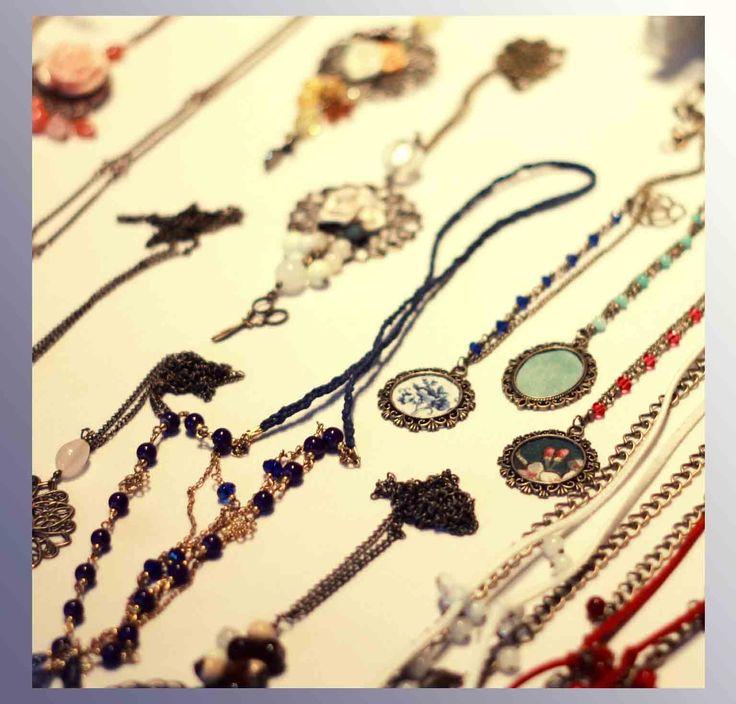 Mininas con sus accesorios elaborados a mano y un toque bastante único. Prendas con muchos detalles, ¡creaciones preciosas!