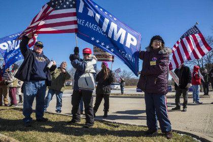 В США прошли демонстрации в поддержку Трампа       В США прошла акция в поддержку президента Дональда Трампа. Она носила название March 4 Trump — «Марш за Трампа», также в этой фразе обыгрывается дата проведения мероприятия, 4 марта. Тысячи сторонников президента собрались в Нью-Йорке у Trump Tower, возле Монумента Вашингтона в столице и в десятках других городов.