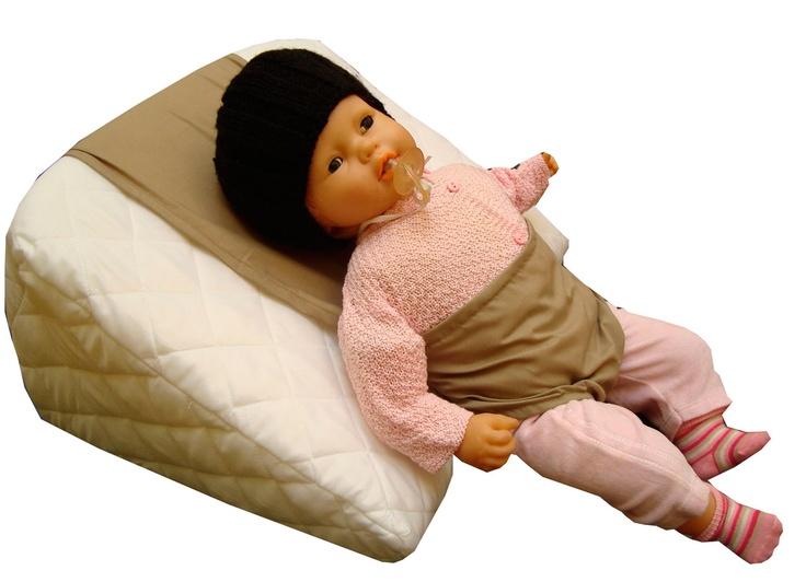 Un almohadon antireflujo de alta densidad y angulo de 35 grados de Le Farfalle,ofrece de forma natural la manera más eficiente, segura y económica para aliviar el reflujo-ácido en su bebé, ayudando a aliviar los cólicos.Expertos han confirmado que el acostar a su bebé en una almohada que tenga un angulo de por lo menos 30ْ grados impide, de forma natural, que los ácidos gástricos se regresen a la garganta del bebe, brindandole esta manera un alivio inmediato.