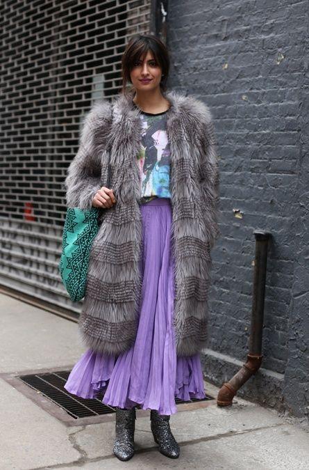 Já fiz um post aqui mostrando vários looks na tendência das saias longas plissadas, como achei mais fotos, vamos a segunda parte.