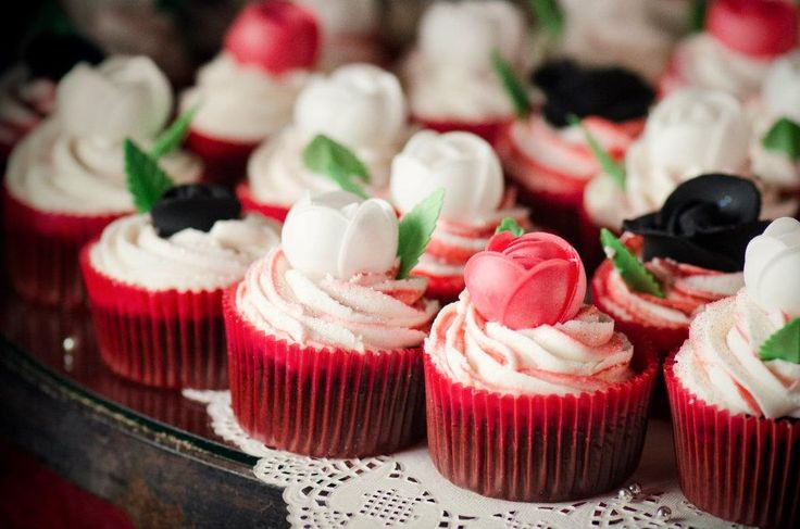 #wedding #cupcakes #love #décor #event #wedding #table #decor #red #black #roses www.jades.co.za/