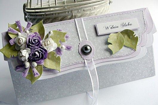 Elegancka ślubna kopertówka wykonana metodą scrapbookingu z dbałością o najmniejszy szczegół. Ozdobiona kwiatami i licznymi  elementami 3D. Wymiary kopertówki (złożonej) 10/20 cm. Wewnątrz kieszonka na pieniądze oraz życzenia. Polecam :)...