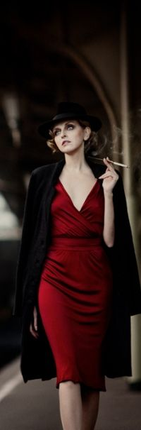 99px.ru аватар Девушка в шляпе, красном платье и пальто, с сигаретой в руке, фрагмент работы от автора belovaan