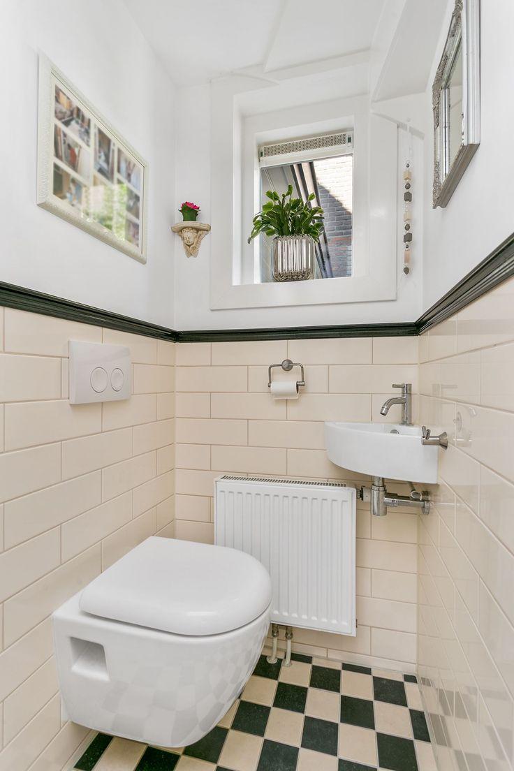 Jaren30woningen.nl | Toilet in jaren 30 stijl met geblokte vloer en halfhoog betegelde wanden met zwarte bies