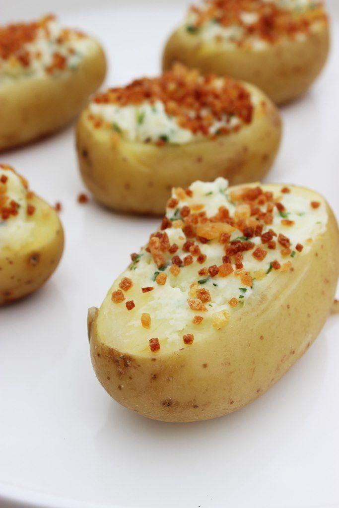 Bereiden: Kook de aardappeltjes gaar in de schil. Laat afkoelen. Snij bovenaan en onderaan het topje af van de aardappelen en haal ze uit met een parisiennelepel maar zorg dat er nog een bodempje aardappel overblijft. Meng onder de uitgehaalde aardappelstukjes een eetlepel zure room, een snuifje zout en de fijngehakte kruiden.