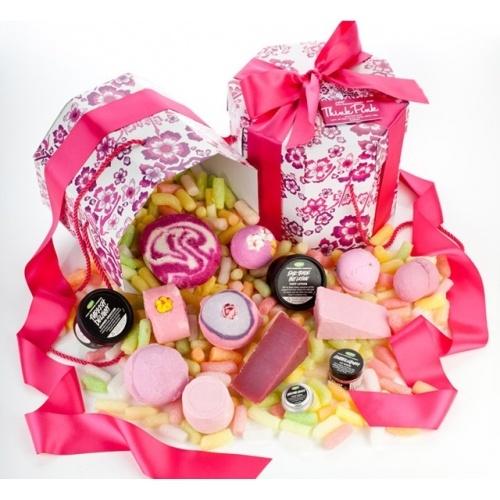 LA VIE EN ROSE  Cette boîte rose (dans laquelle vous pourrez ranger vos jolis chapeaux roses une fois le contenu utilisé) renferme douze produits Lush roses et est ficelée avec un ruban rose.  Est-il besoin d'en dire plus ? Nos produits roses sont parfumés avec une multitude d'huiles essentielles, de l'arôme apaisant de la camomille à la coquinerie charmante de la fève de tonka.  S'il vous plaît, offrez-en une à toutes les personnes de votre entourage qui aiment le rose.