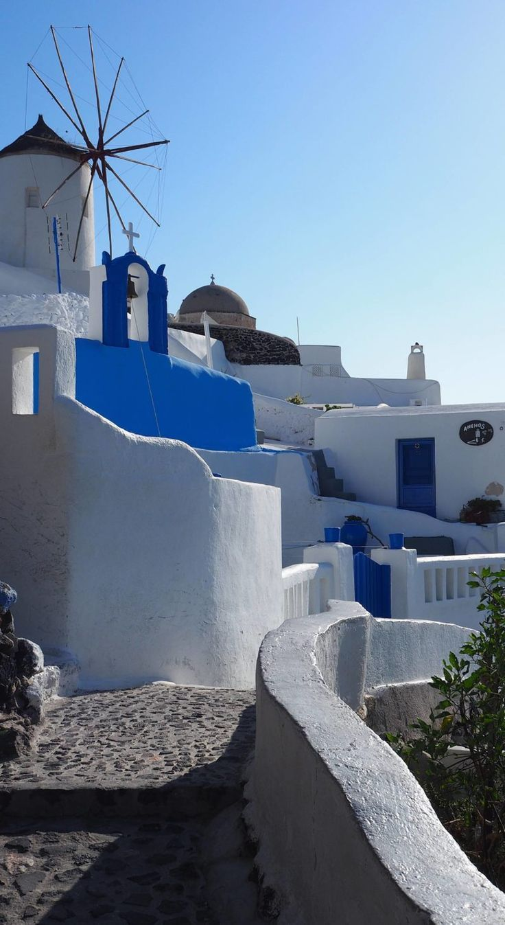 Greece Travel Inspiration - the Greek Islands are a bucket list destination for a good reason, let me show you how we spent 2 days in Santorini relaxing! Staying in Oia means you don't have to travel far to explore this beautiful spot and you can watch th