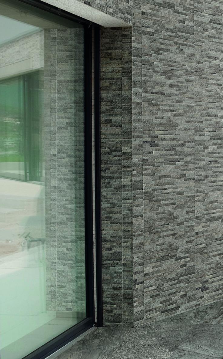 Stardust, seinälaatta (lasitettu porcellanato) koossa 30×60 cm. Kuvassa seinälaatan lisäksi ulkokulma 7×7×30 cm. Väri Almond muretto.