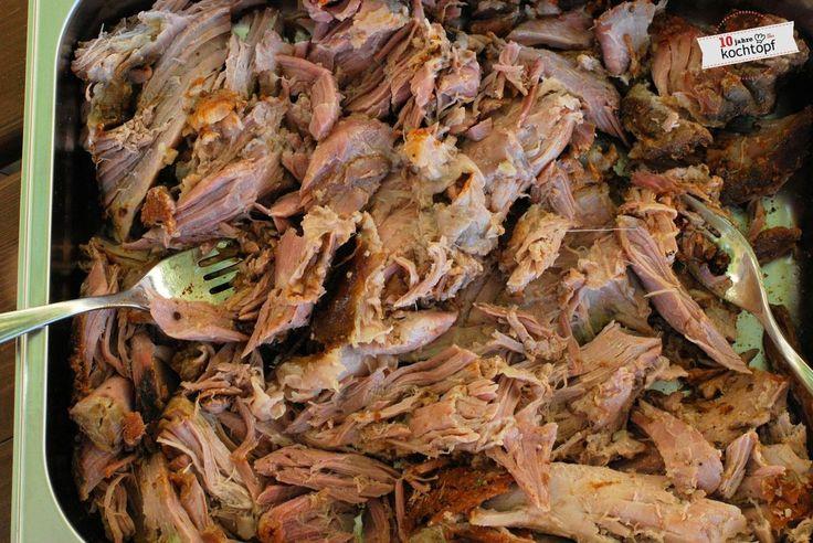 Endlich ich habe es auch gemacht!Zwar nur Pulled Pork aus dem Ofen - aber auch so saugeiles Zeug! In der Blog-o-Sphäre geistert es schon länger rum - das Pulled Pork. Bei Juliane und Sandra habe ich es gesehen, dann kam auch noch der Newsletter von David...