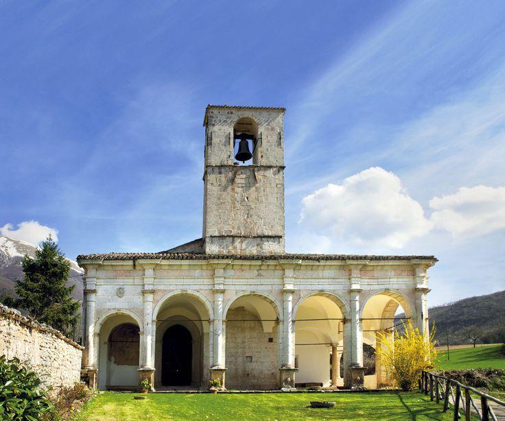 L'imponente Chiesa della Madonna Bianca sorge in una delle valli più suggestive della Valnerina: la Valle Castoriana tra Piedivalle ed Ancarano.  L`edificio originario è trecentesco (facciata e porta laterale di fine '300). La facciata, che guarda verso la Valle Campiana, presenta un portale di foggia gotica, ma rivestito di una decorazione a fresco del XV sec.; al suo fianco, un`edicola esterna è decorata di affreschi della bottega degli Sparapane. Di fronte alla facciata si impostano i…
