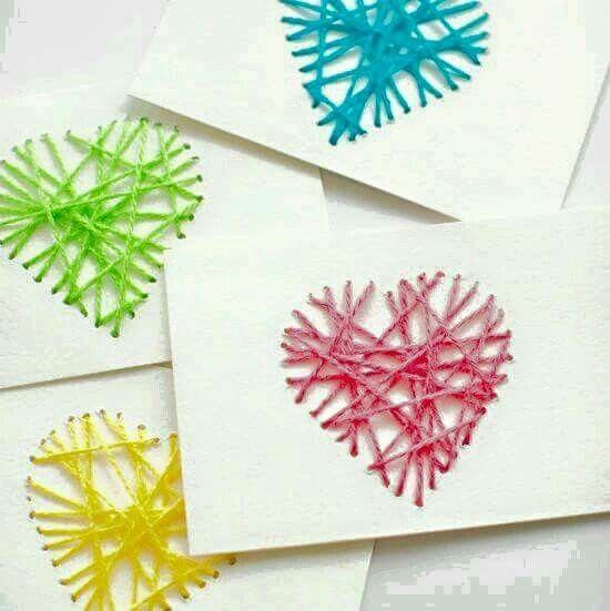 Kartonnen kaart. Kinderen prikken gaatjes en met naald en draad versieren ze de kaart.