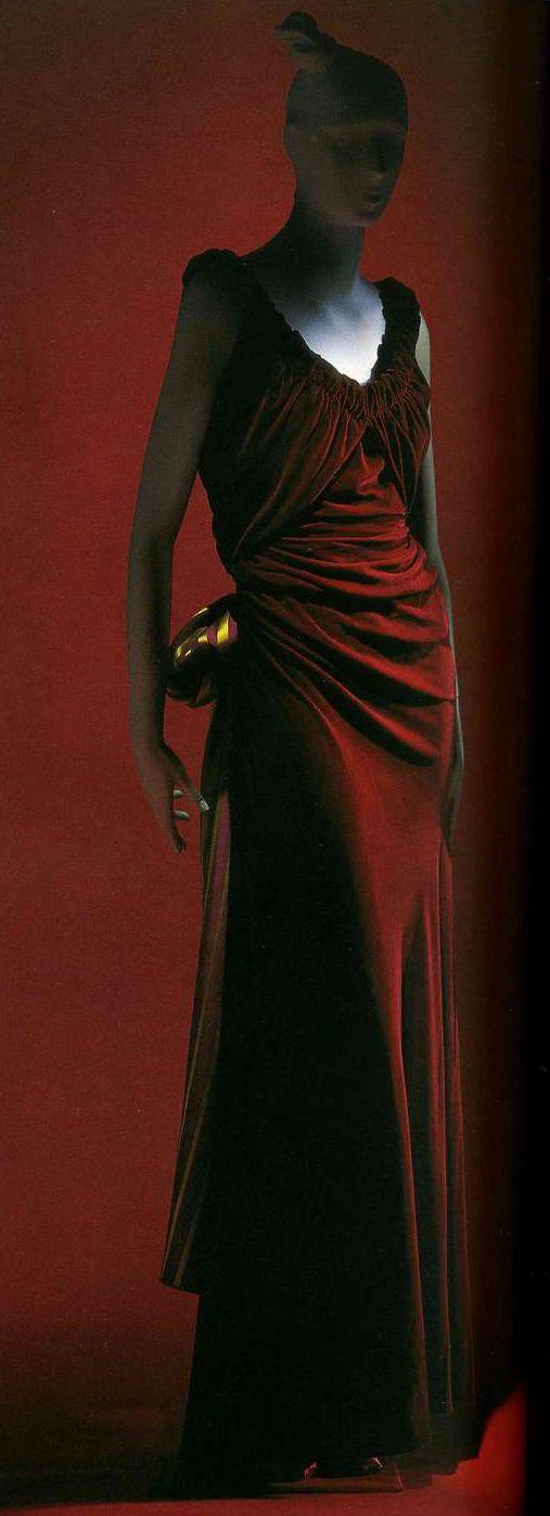Вечернее платье. Эльза Скиапарелли, 1939. Бархат цвета красного вина, бант из шелкового атласа в полоску.