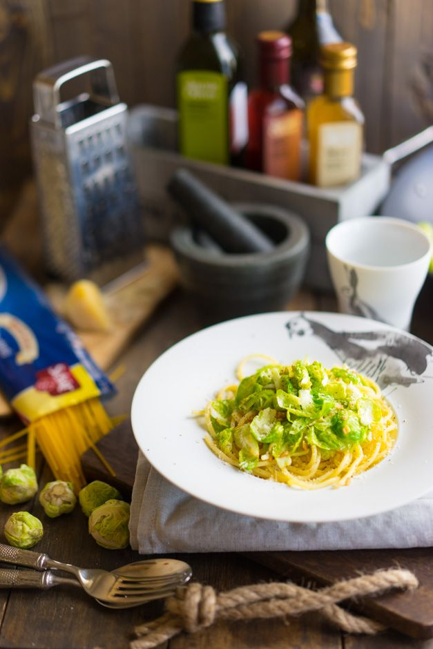Pasta with Brussel Sprouts. Ingredients: 300 g paste, 100 g brussels sprouts, 2 cloves of garlic, 30 g olive oil, parmesan and pepper. #1001bestrecipes #recipes #food #pasta #cabbage