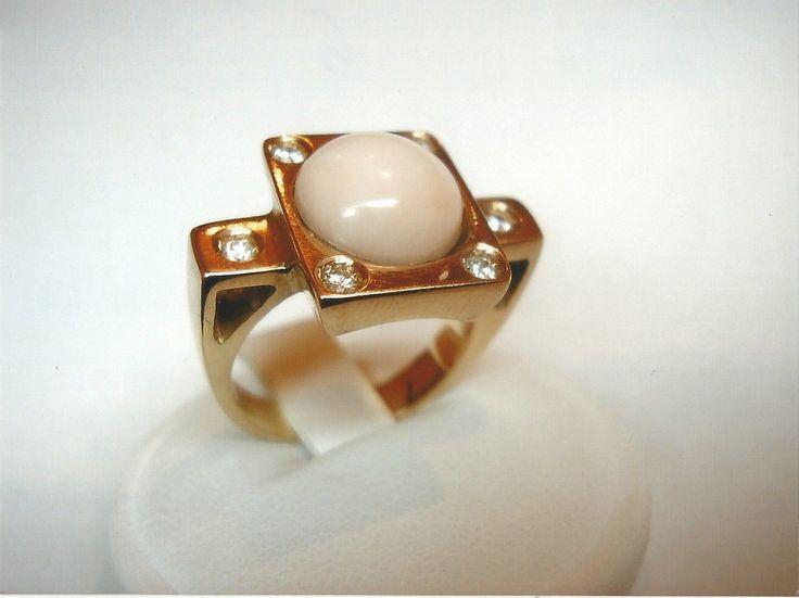 Anello in oro rosso 18kt con diamanti e corallo rosa cabochon. Red gold 18kt ring with diamonds and pink coral cabochon.    #jewelry #jewellery #anello #ring #diamond #pearl #handmade #handmadejewelry #gioielli #gioielliartigianali #fattoamano #gold #diamondpave #sapphire #sapphires #oro #orobianco #whitegold #redgold #ororosso #珠宝 #钻石 #豪华