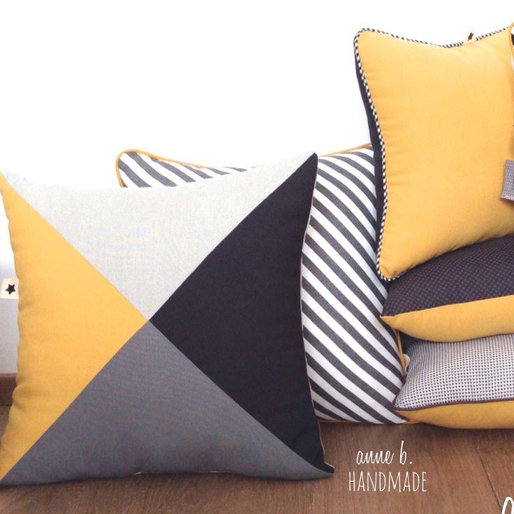 Coussin 4-TRINE YELLOW-GREY, 40 X 40, face triangles gris anthracite, gris moyen, gris clair, jaune moutarde, dos : Textiles et tapis par anne-b-handmade