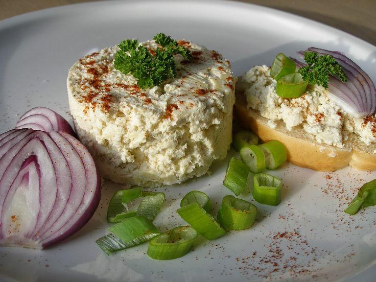 Na přípravu budete potřebovat:     400g měkkého tvarohu  80g změklého másla  160g husté kysané smetany nebo kyselého mléka  1 cibule  1 ...